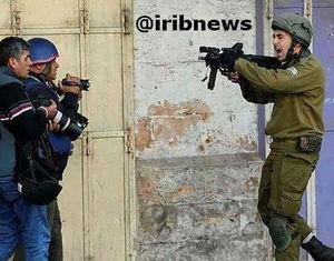 عکس/ تهدید خبرنگار صداوسیما توسط سرباز اسرائیلی