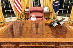 عکس/ نوه «ترامپ» پشت میز ریاست جمهوری