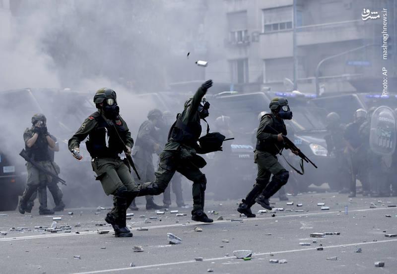 حمله پلیس به تظاهرکنندگان در مقابل کنگره آرژانتین در بوینسآیرس که نسبت به تغییر قوانین مرتبط با بازنشستگی و حقوق بازنشستگان اعتراض دارند.