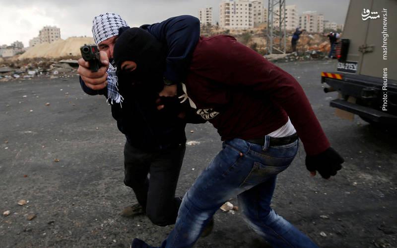 دستگیری یک فلسطینی از سوی مأمور اسرائیلی با لباس شخصی، طی تظاهرات فلسطینیان به تصمیم اخیر ترامپ در نزدیکی شهرکهای صهیونیستنشین