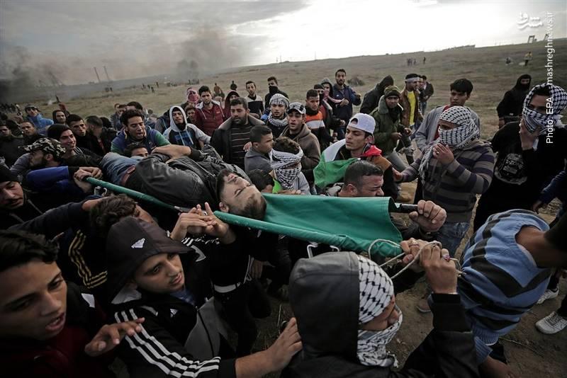سربازان اسرائیلی بدون هیچ نگرانی از محکومیتهای جهانی به روی تظاهرکنندگان فلسطینی گلوله میبندند.