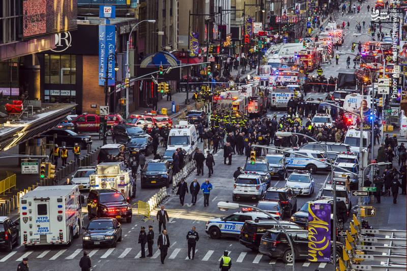 نیروهای پلیس و امداد در حال رسیدگی به حادثه انفجار در نزدیکی میدان تایمز نیویورک