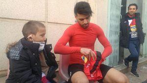 عکس/ طارمی پیراهنش را به کودک بیمار اهدا کرد