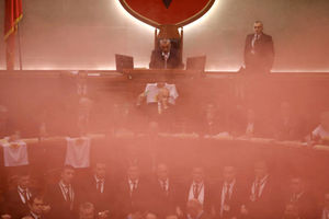 عکس/ پرتاب بمب دودزا در صحن پارلمان