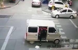 فیلم/ لحظه کودکربایی در خیابان شلوغ