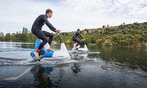 عکس/ دوچرخهای که روی آب حرکت میکند!