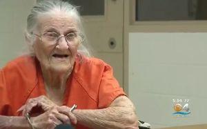 فیلم/ دستگیری و زنجیر کردن پیرزن 93 ساله
