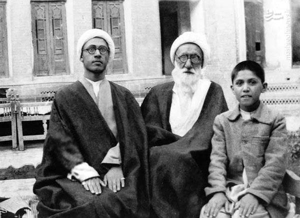 آیت الله حائری شیرازی در سنین نوجوانی در کنار پدر(نفر سمت راست)