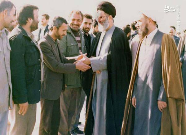 آیت الله حائری شیرازی در کنار آیت الله خامنه ای رئیس جمهور وقت در بازدید از جبهه