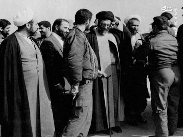 آیت الله حائری شیرازی در کنار آیت الله خامنه ای رئیس جمهور وقت در یک پادگان نظامی در زمان جنگ