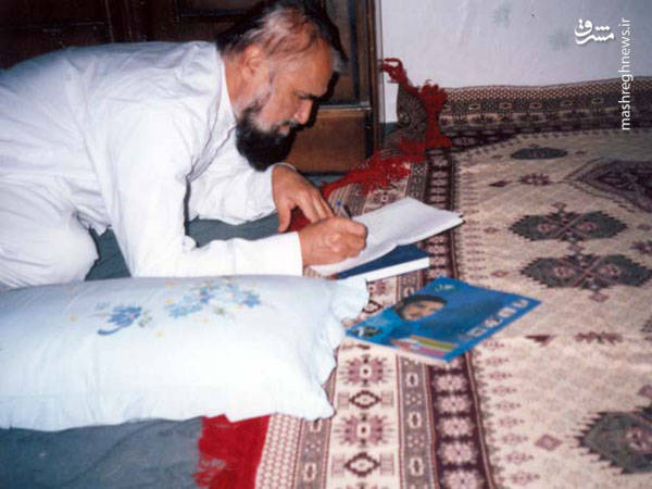 آیت الله حائری شیرازی در منزل شخصی و در حال نوشتن