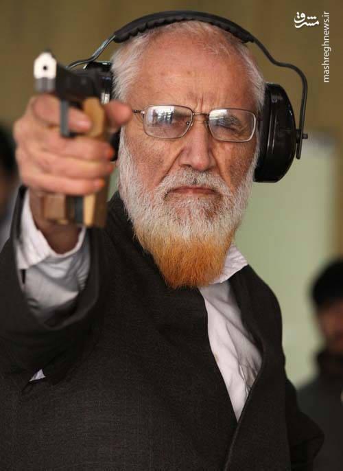 آیت الله حائری شیرازی در حال تیراندازی (ایشان عضو سابق هیات رئیسه فدراسیون تیراندازی بوده اند)