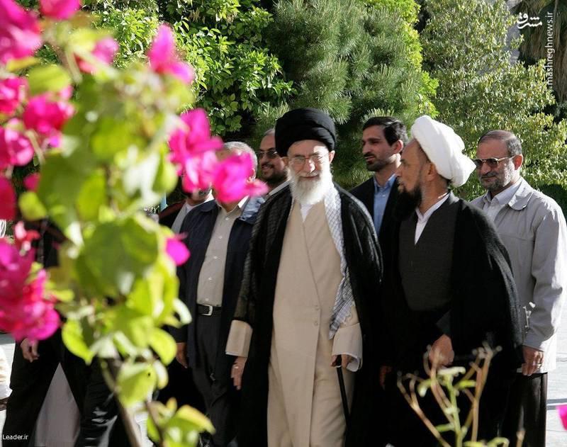 آیت الله حائری شیرازی در کنار رهبر انقلاب