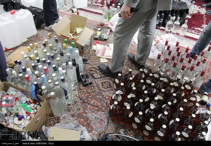 کشف کارگاه بزرگ تولید مشروبات الکلی در مشهد/ عکس