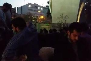 فیلم/ برگزاری نماز جماعت در مقابل دانشگاه تهران