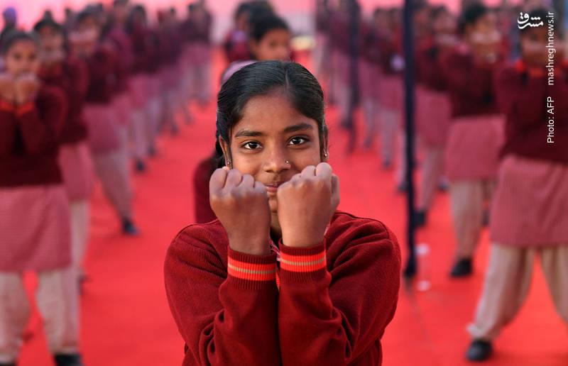 آموزش دفاع شخصی به دانشآموزان هندی توسط یگان ویژه پلیس برای حمایت از زنان و کودکان