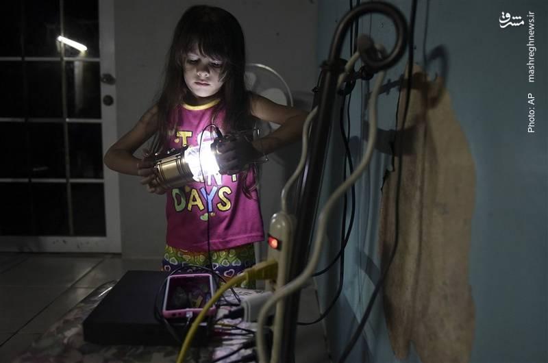 بخشهای زیادی از پورتوریکو آمریکا پس از گذشت صد روز از وقوع طوفان و سیل، همچنان به برق دسترسی ندارند. ملانیا گنزالِز و خانوادهاش همه سیمها را به باتری خودرو وصل کردهاند.