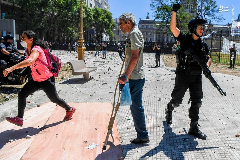 درگیری پلیس با تظاهرکنندگان بوینسآیرس که مخالف اصلاح جدید در قانون بازنشستگی هستند.