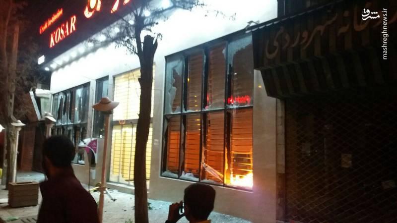 عکس/ آتش زدن بانکی در زنجان توسط آشوبگران