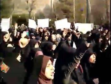 فیلم/ اعتراض دانشجویان دانشگاه تهران به وضع اقتصاد