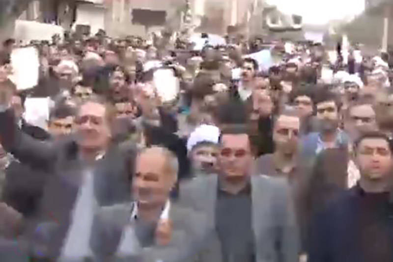 فیلم/ قیام مردم تاکستان با در دست داشتن قرآن های سوخته