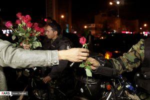 عکس/ برخورد جالب مشهدیها با نیروهای انتظامی