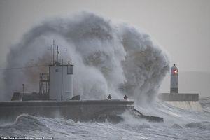 عکس/ خسارات طوفان شدید در انگلیس