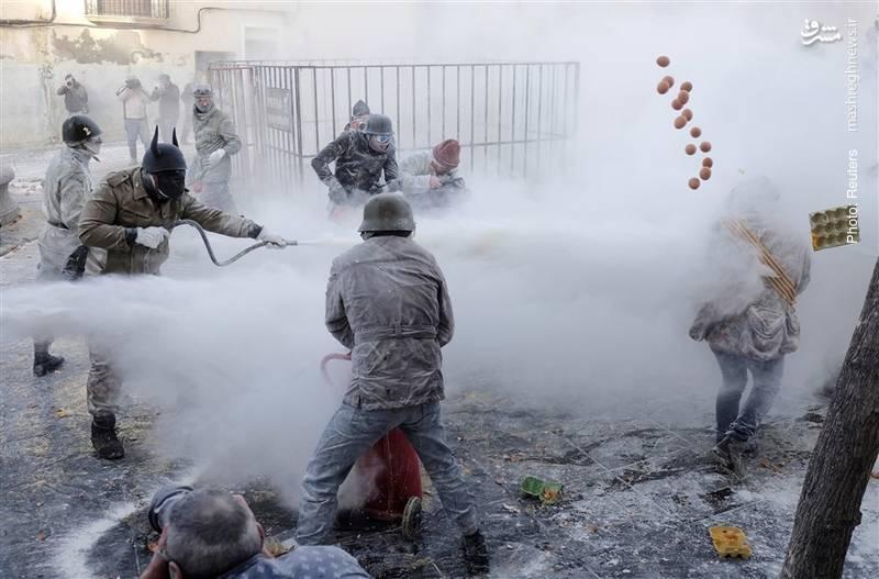 کودتای نمایشی در ایبی اسپانیا با تخممرغ و کپسول آتشنشانی که سنتی 200 ساله به مناسبت «روز بیگناهان» است.