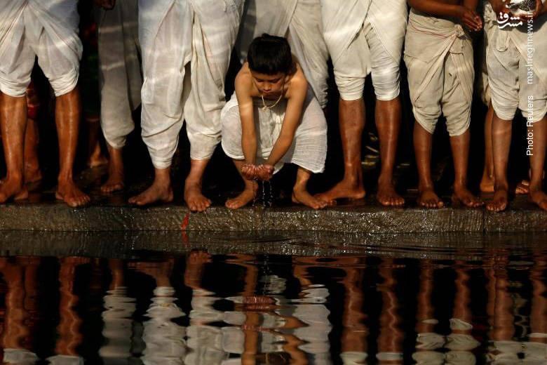 مراسم مذهبی در ساحل رودخانه هانُمانته نپال