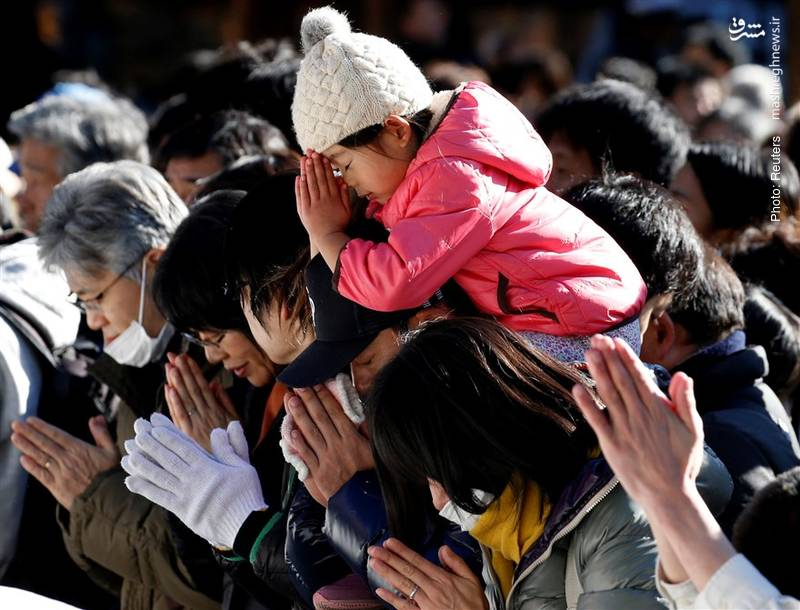 نیایش ابتدای سال در معابد توکیو. مردم این کشور از چند فرقه شرق آسیایی تشکیل شدهاند و بسیاری از آنها معمولاً در مناسبتهای خاص مانند عید و عروسی به معابد فرقه دیگر نیز مراجعه میکنند.