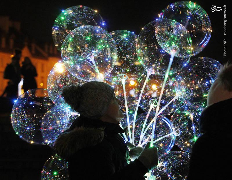 یک فروشنده دورهگرد در جشن سال نو میلادی، ورشو لهستان