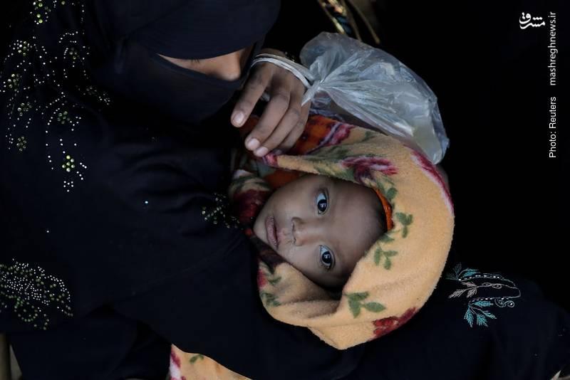 یک مهاجر روهینگیایی در صف انتظار برای دریافت برنج