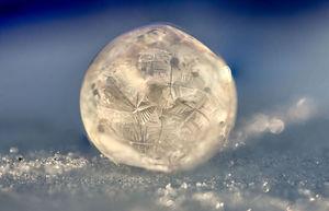 تصاویر زیبا از حبابهای یخی در زمستان