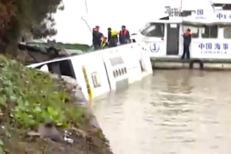 فیلم/ لحظه سقوط اتوبوس چینی به داخل دریا