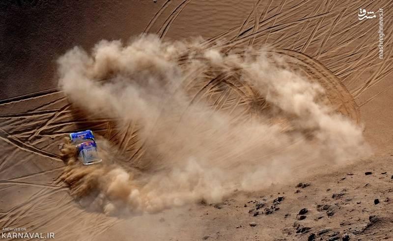 رد چرخ های فولکسواگن   شیلی/مارک میلر (Mark Mille) در مرحله هفتم مسابقه رالیِ داکار (Dakar) سال ۲۰۱۰، ماشین فولکس واگن خود را می راند و گرد و خاک به پا می کند. مسیر حرکت این راننده میان دو شهر بندری ایگیگه (Iquique) و آنتوفاگاستا (Antofagasta) است.