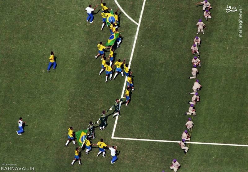 جام جهانی فوتبال ۱۹۹۴   آمریکا/بازیکنان تیم برزیل پس از شکست دادن ایتالیا در فینال و کسب عنوان قهرمانی، پیروزی خود را جشن می گیرند.