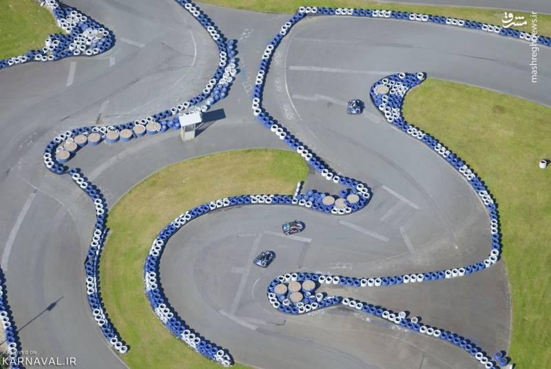 مسابقه کارتینگ   آلمان/رانندگان به دنبال مسیر ماشین کارتینگ (Go-kart) رالف شوماخر (Ralf Schumacher)، در شهر بیسپینگن (Bispingen). رالف برادر کوچک راننده مشهور، میشائیل یا مایکل شوماخر است.