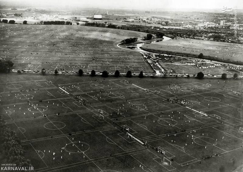 زمین های فوتبال بیشمار   انگلستان/تعدادی از ۱۱۱ زمین فوتبال موجود در مرداب های هکنی (Hackney Marshes)، سال ۱۹۶۲. این مرداب های شهر لندن در قرون وسطی تخلیه شده بودند.