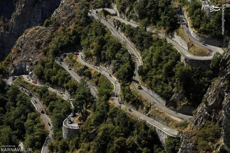 دوچرخه سواری در ارتفاعات آلپ   فرانسه/در این عکس لحظه ای از مرحله هجدهم مسابقه دوچرخه سواری تور دو فرانس (Tour de France) در سال ۲۰۱۵ را شاهد هستیم.
