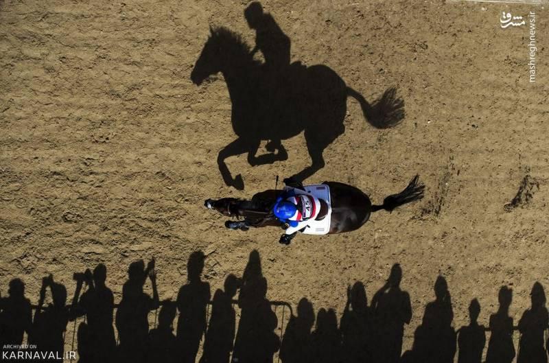 المپیک ۲۰۱۲ لندن   انگلستان/سوارکار تایلندی، بانو نینا لایگون (Nina Ligon) سوار بر  اسب خود از کنار تماشاگران حاضر در گرینویچ پارک (Greenwich Park) می گذرد.