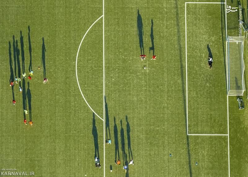 تمرین فوتبال   آلمان/فوتبالیست هایی با سایه های بزرگ تر از خودشان، در استادیوم آدولف برویل (Adolf-Brühl) به تمرین می پردازند. این ورزشگاه در شهر هام (Hamm) قرار دارد.