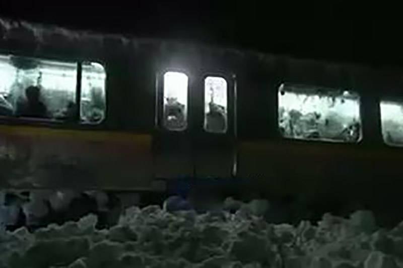 فیلم/ برف ژاپن مسافران قطار را حبس کرد