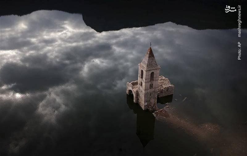لیسایی قدیمی بر فراز (انعکاس) ابرهای آسمان در اسپانیا