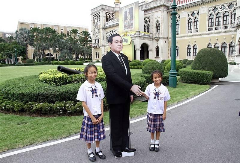 ماکت نخست وزیر تایلند که برای پاسخ به پرسش خبرنگاران در کنفرانس خبری حاضر شد!
