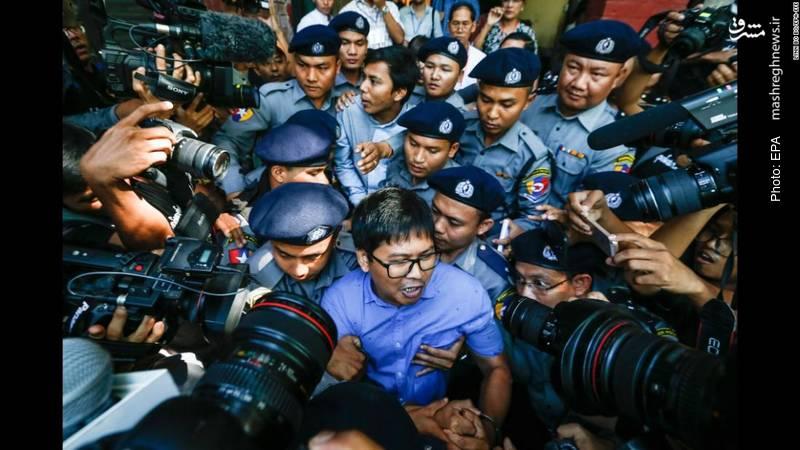 دو خبرنگار رویترز به دلیل تلاش برای کسب اطلاعات از ماجرای حمله ارتش به مسلمانان روهینگیا از سوی پلیس میانمار بازداشت و دادگاهی شدند.