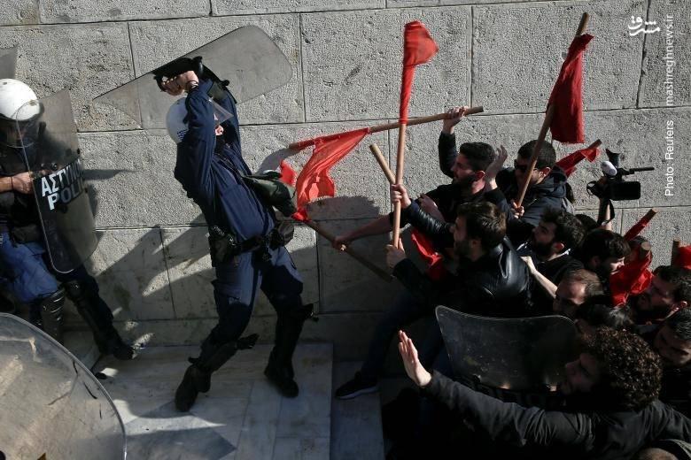 مقاومت سرسختانه پلیس آتن در پله های پارلمان در مقابل تظاهرکنندگانی که نسبت به تصویب مشکوک چندین اصلاحات قانونی متنوع اعتراض دارند.