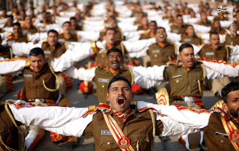 یوگای خنده در تمرین ارتش هند برای رژه روز جمهوری