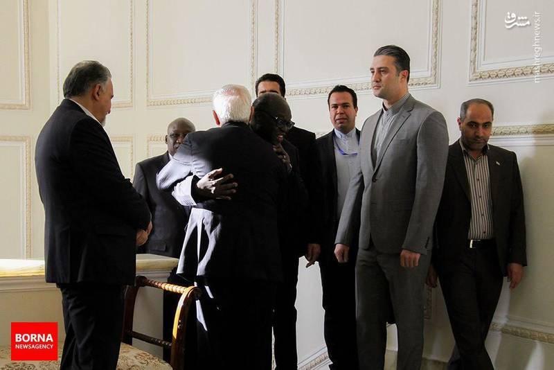 عکس/ چهره درهم آقای سنگالی در آغوش ظریف