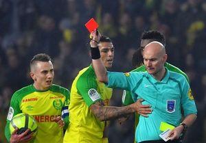 عذرخواهی داور فرانسوی از بازیکن تیم نانت بابت حرکت جنجالیاش