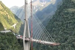 فیلم/ حادثه مرگبار فروریختن پل در کلمبیا